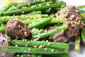 砂肝とにんにくの芽鉄板焼